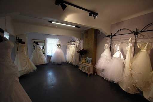 Шикарный Свадебный Салон в центре. Оформленная панорамная витрина 25 кв.м.Над витриной имеется большая дизайнерская светодиодная наружная реклама и